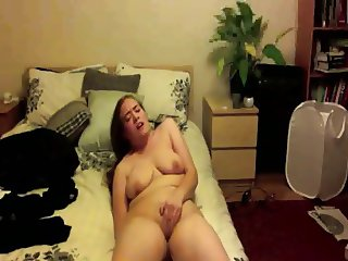chubby babe fingers her pussy and ass and cums hard