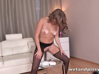 Cutie gets off with pissing
