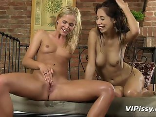 Lesbian threesome full of piss and orgasms