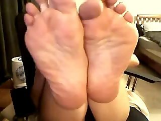 Latina girl shows her feet 666webcams. com