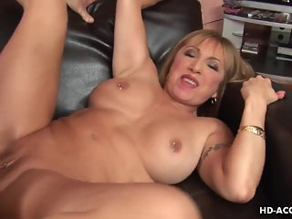 Blonde cougar claws her way to the meaty bato