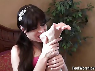 Annabelle desperately wants to worship Dres feet
