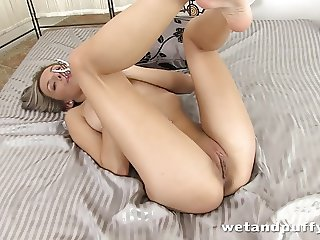 Stunning young lady drilling her cunt passionately