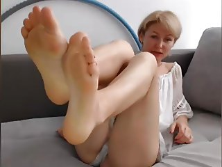 GILF FEET IN FACE No Sound