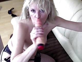 Old sluts piss and feeding their hungry holes