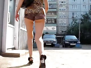 Rot Babe Waling In Heels (Candid)