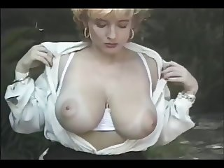 Mature exhibe Natural Body in the Park