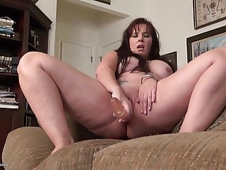 Busty housewife playing with her old cunt