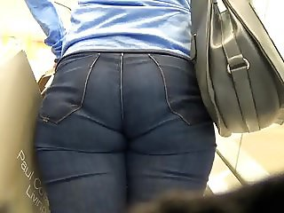 Candid milf ass in jeans on the escalator