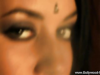 Sensual Indian Babe Loves To Dance