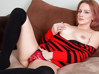 American milf Joclyn works her shaven pussy with her fingers