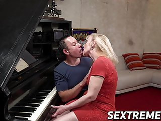 Piano playing Nanney facialized after passionate cowgirl