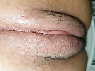 ENGLISH TEEN IN GREAT DETAIL. CLOSEUP AND PISSING