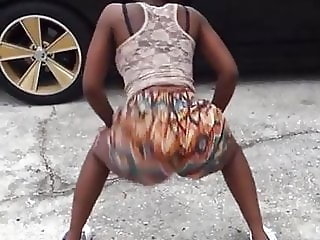 Big booty thot making dat ass bounce