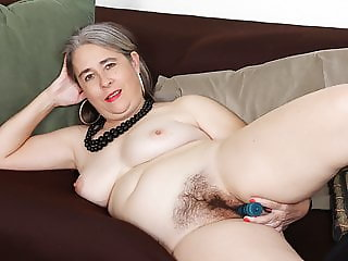 American gilf Kelli starts toying her hairy pussy