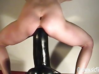 Bellas gargantuan dildo fucking orgasms