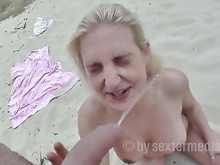 Maja (19) pissing on the beach in the mouth